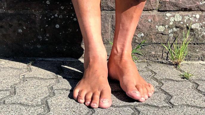 Gerhard Maier wäscht jedes Mal seine Füße, wenn er nach Hause kommt.