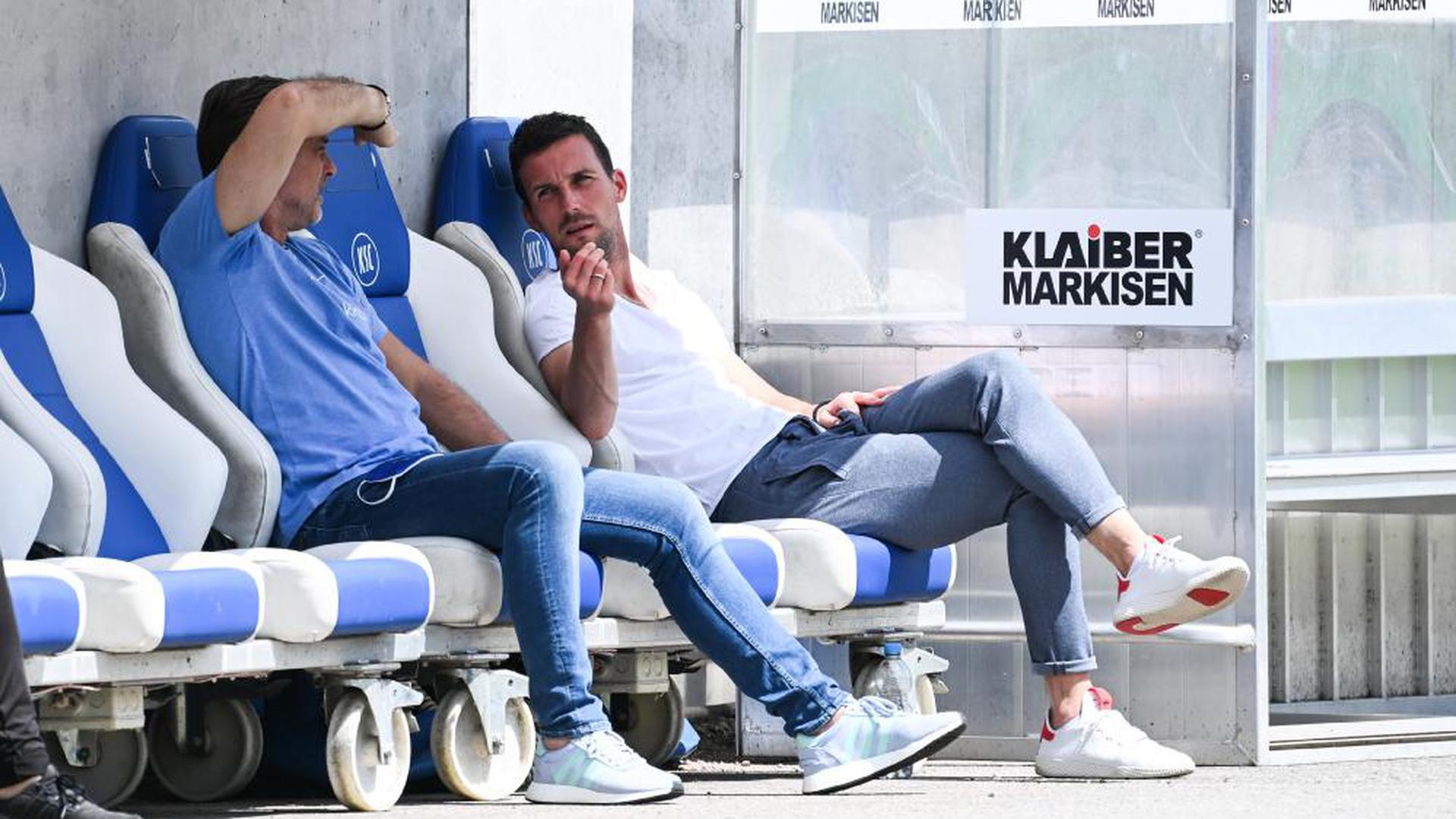 Komfortable Position: Sport-Geschäftsführer Oliver Kreuzer (links) und Cheftrainer Christian Eichner unterhalten sich während des Zweitligaspiels gegen Bielefeld. Durch das 3:3 sind die Chancen des KSC, direkt in der Liga zu bleiben, noch intakt.