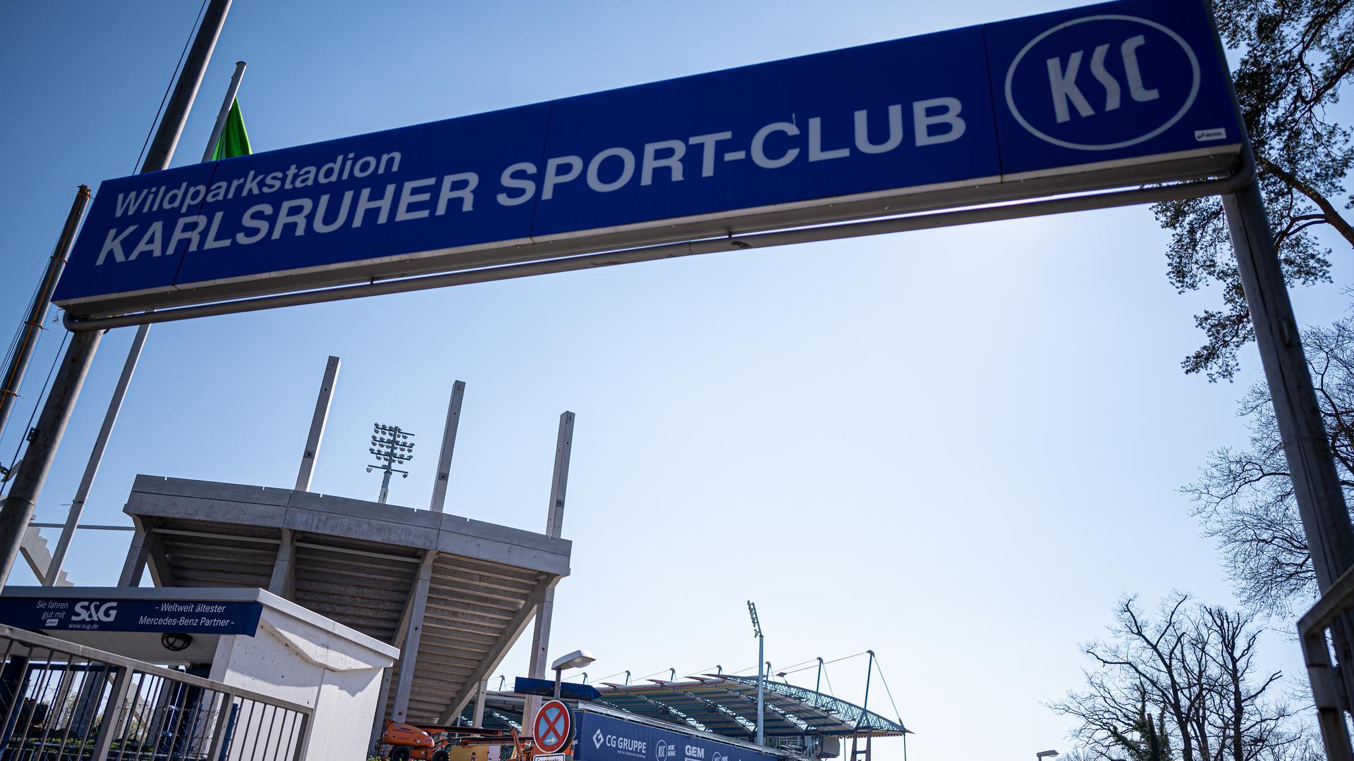 Auch der Karlsruher SC ist von der Corona-Krise betroffen. Der Club steckte aber zuvor bereits in finanziellen Schwierigkeiten.