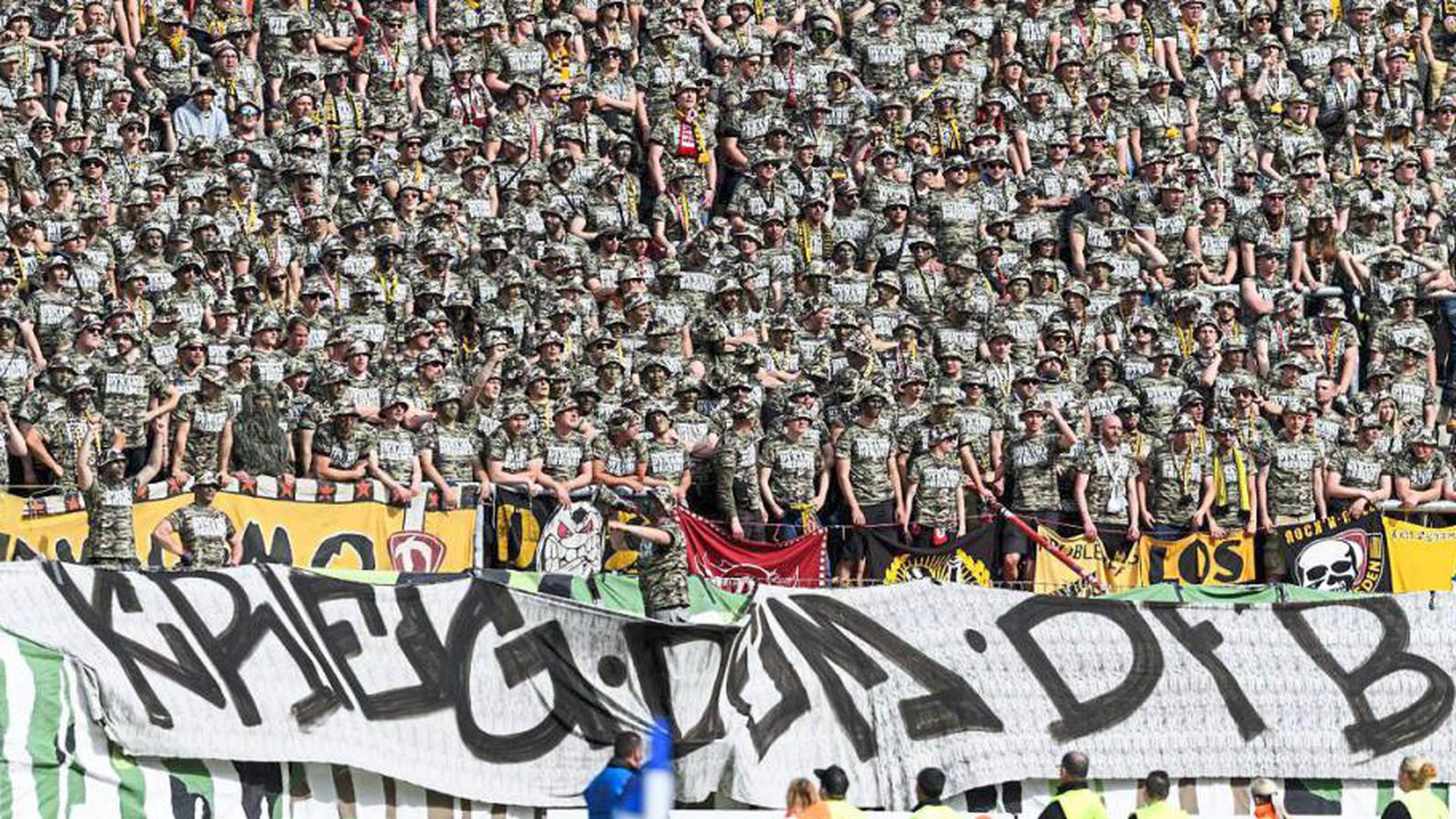 Aufstand gegen den ungeliebten DFB: ynamo-Dresden-Fans beim Gastspiel in Karlsruhe im Mai 2017.