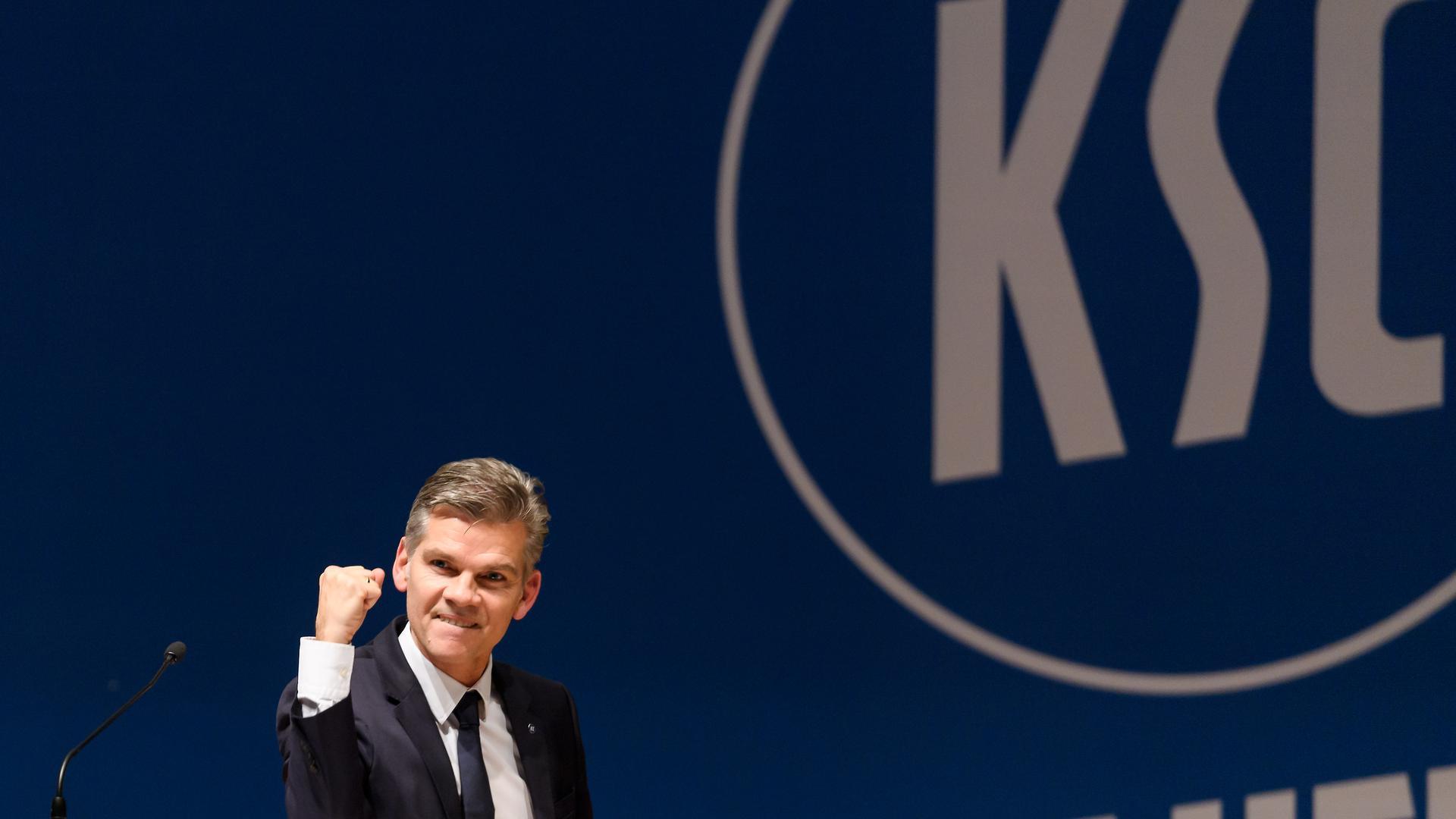 KSC-Praesident Ingo Wellenreuther jubelt, ballt die Faust, nach seiner Wiederwahl bei der Mitgliederversammlung des Karlsruher SC.
