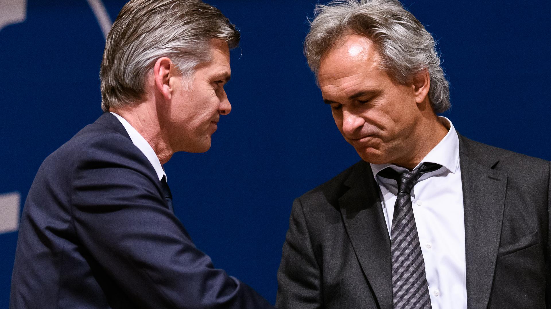 KSC-Präsidentschfts-Kandidat Martin Mueller (rechts) gratuliert KSC-Präsident Ingo Wellenreuther zum Wahlsieg.
