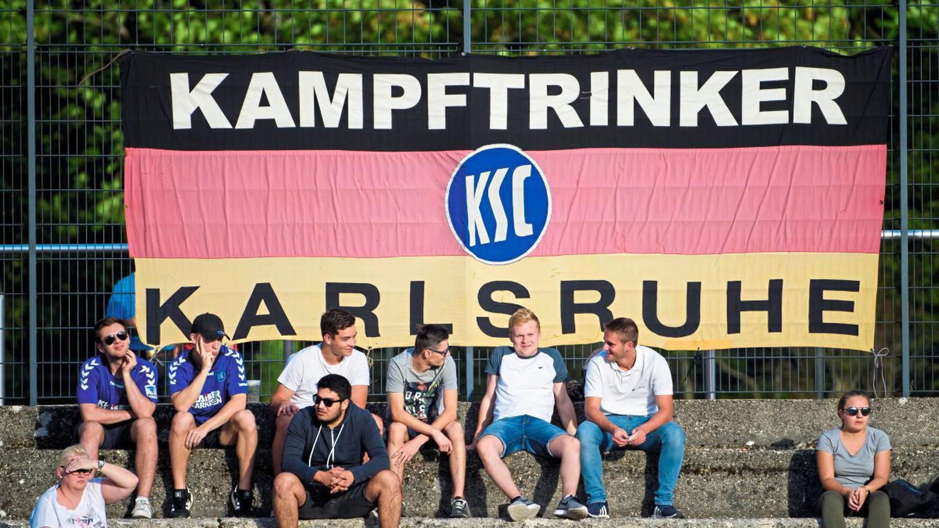 """Bei KSC- und Deutschland-Spielen ist die Fahne ein treuer Begleiter des KSC-Fanclubs """"Kampftrinker Karlsruhe""""."""