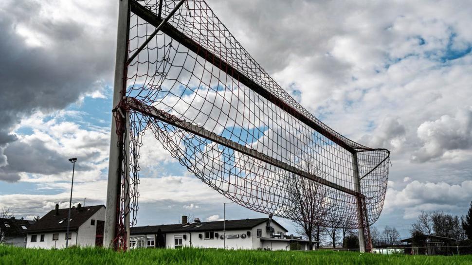 Der leere Fußballplatz des FV Ettlingenweier.