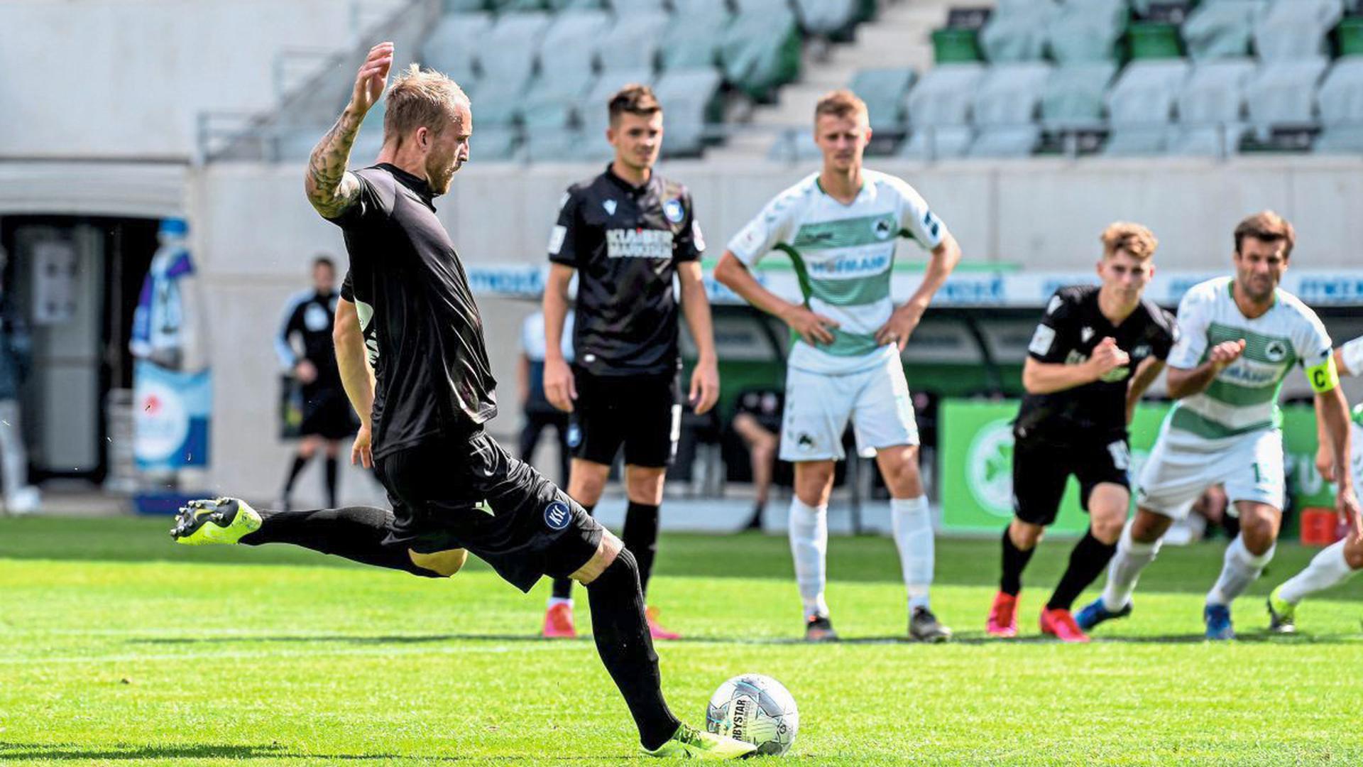 Das Tor zur Zweiten Liga: KSC-Stürmer Philipp Hofmann trifft per Elfmeter zum 2:1-Endstand gegen Greuther Fürth.