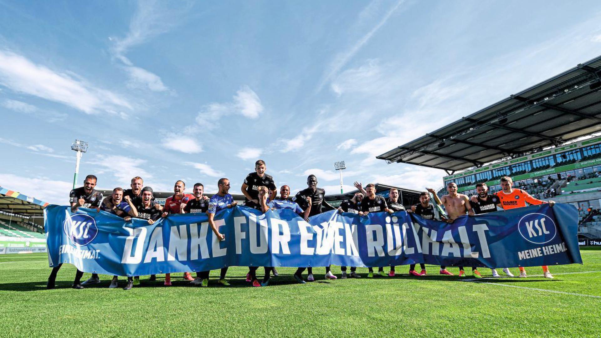 """""""Danke für euren Rückhalt"""": Der direkte Klassenerhalt ist geschafft, große Freude bei den Profis des KSC nach dem Sieg gegen Greuther Fürth."""