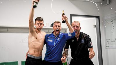 Freude am Ende einer turbulenten Saison: Die KSC-Spieler Marvin Wanitzek (von links), Marc Lorenz und Philipp Hofmann feiern in Fürth den direkten Klassenerhalt.