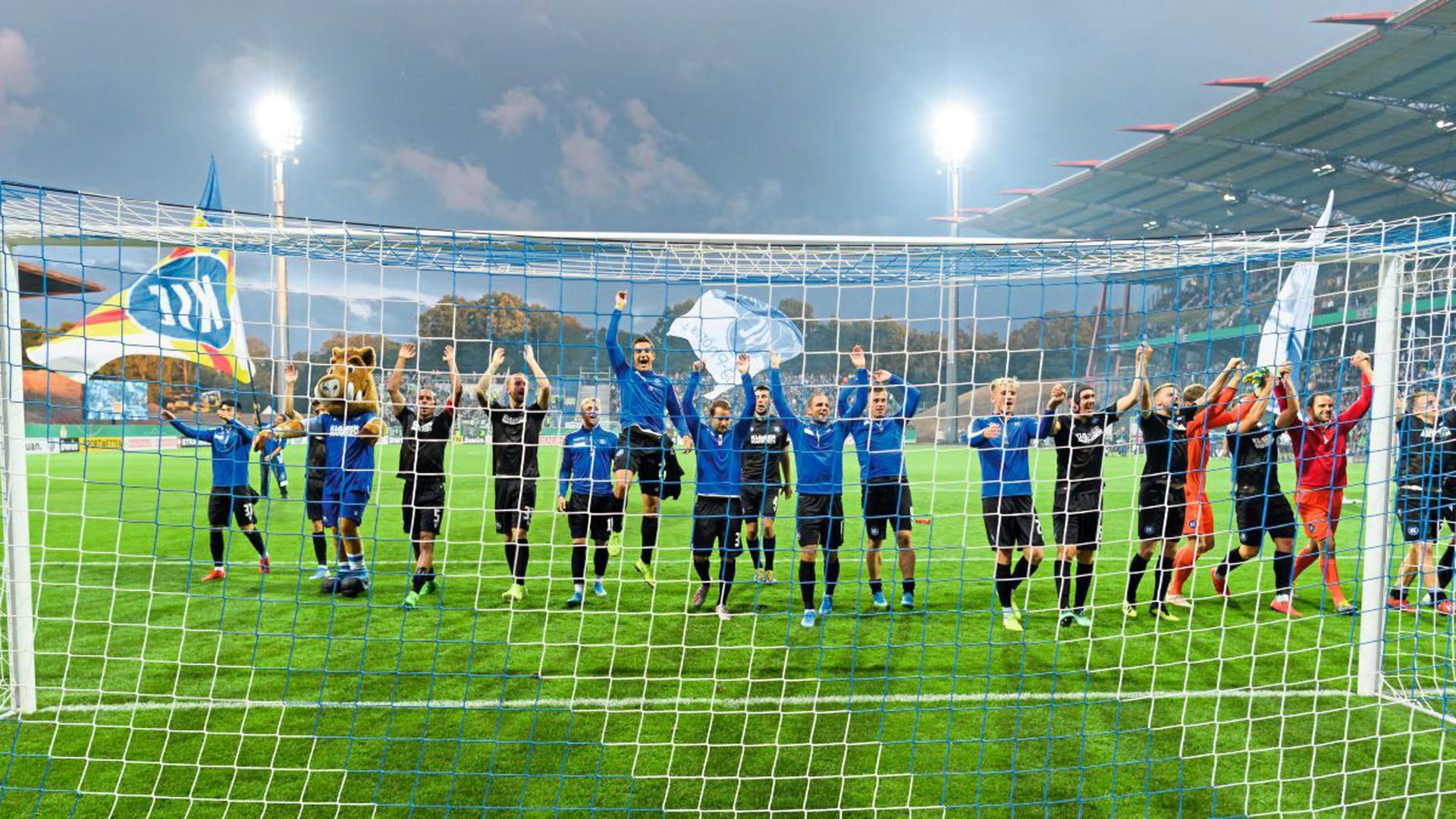 Schlussjubel und Freude beim KSC ueber den Sieg. GES/ Fussball/ DFB-Pokal, Karlsruher SC - Hannover 96, 12.08.2019 DFB-Pokal Football / Soccer: German Cup: Karlsruhe vs Hannover, Karlsruhe, August 12, 2019