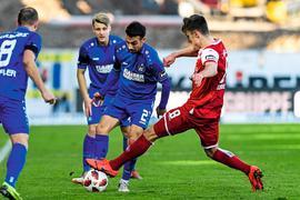 Burak Camoglu (KSC) im Zweikampf mit Gino Fechner (FCK).