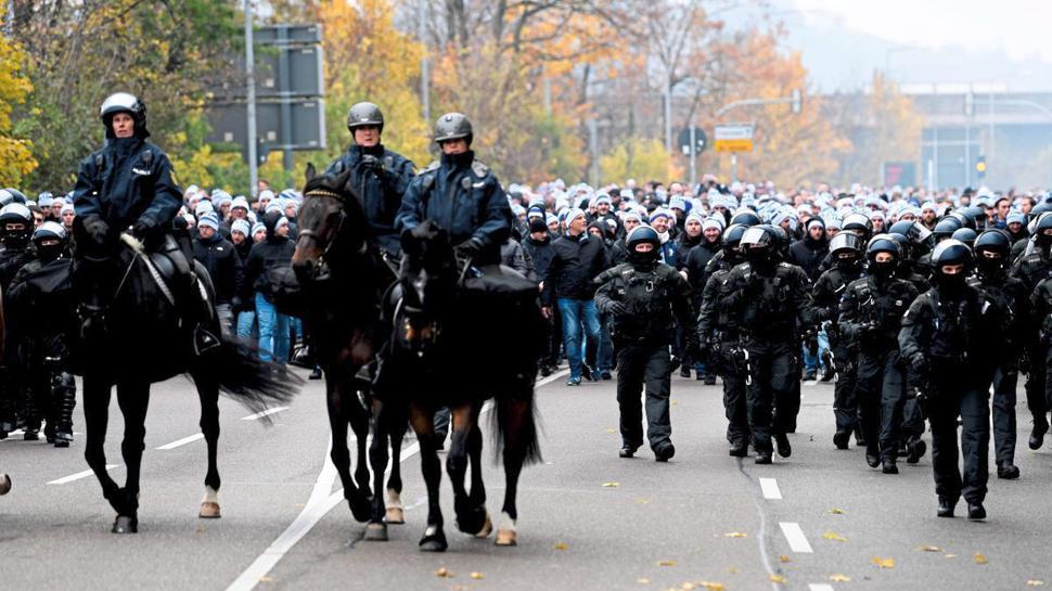 Fanmarsch des KSC begleitet von der Polizei.