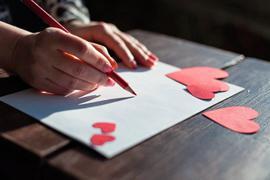 Ein Liebesbrief, der mit der Hand geschrieben wurde, zaubert bei dem Empfänger mit Sicherheit ein Lächeln auf die Lippen.