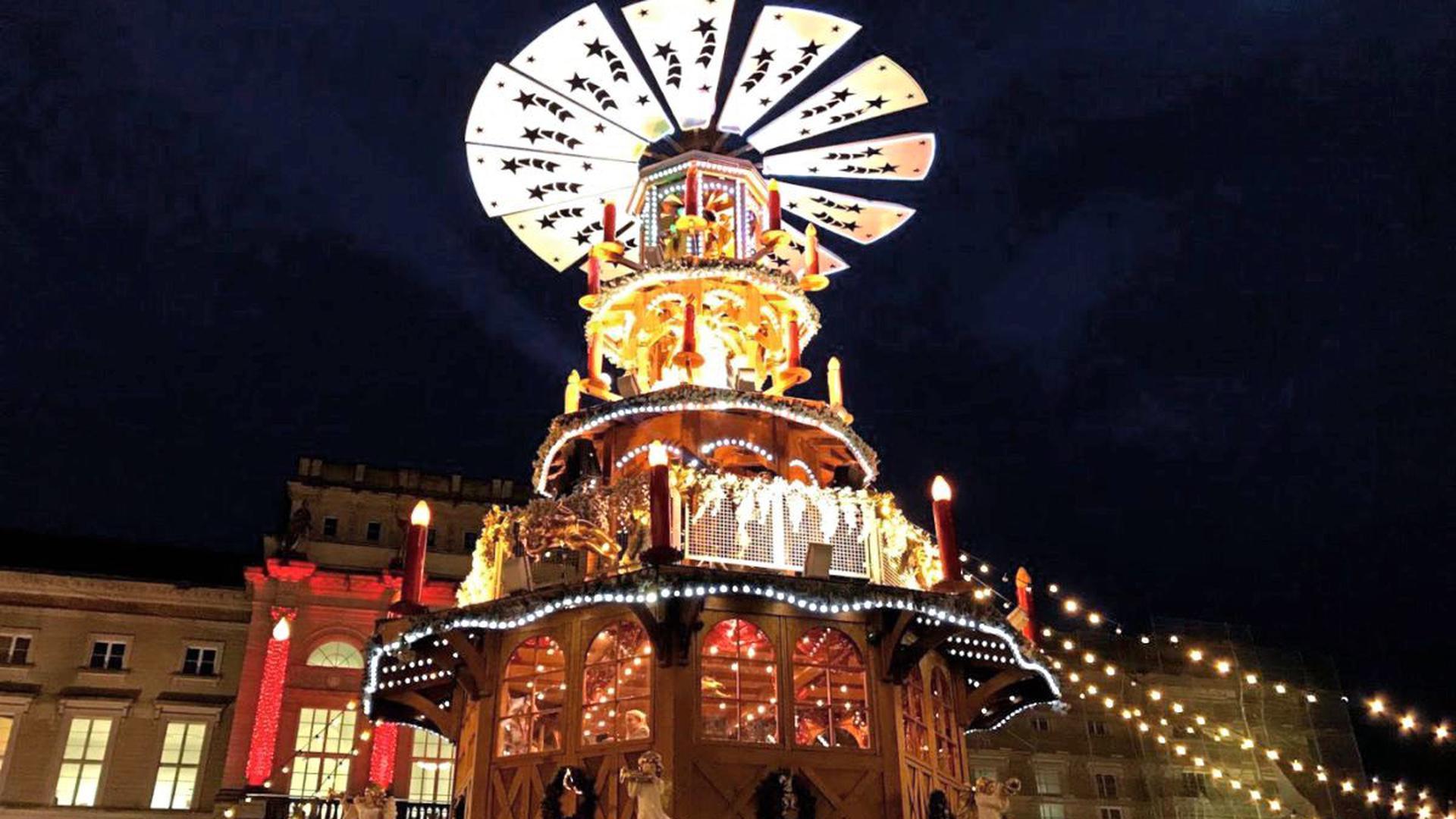Nicht zu übersehen ist die Glühweinpyramide auf dem Karlsruher Weihnachtsmarkt.
