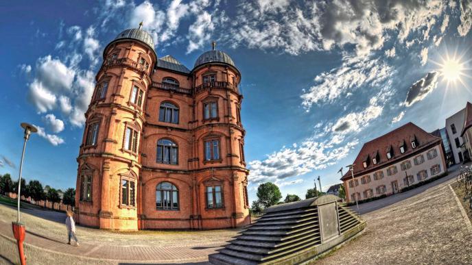 Interessante Wolkenstimmung über Schloss Gottesaue.