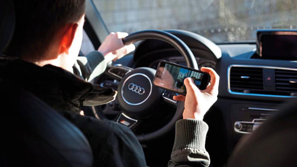 Ablenkung: Selbst beim Autofahren greifen viele Menschen zum Smartphone
