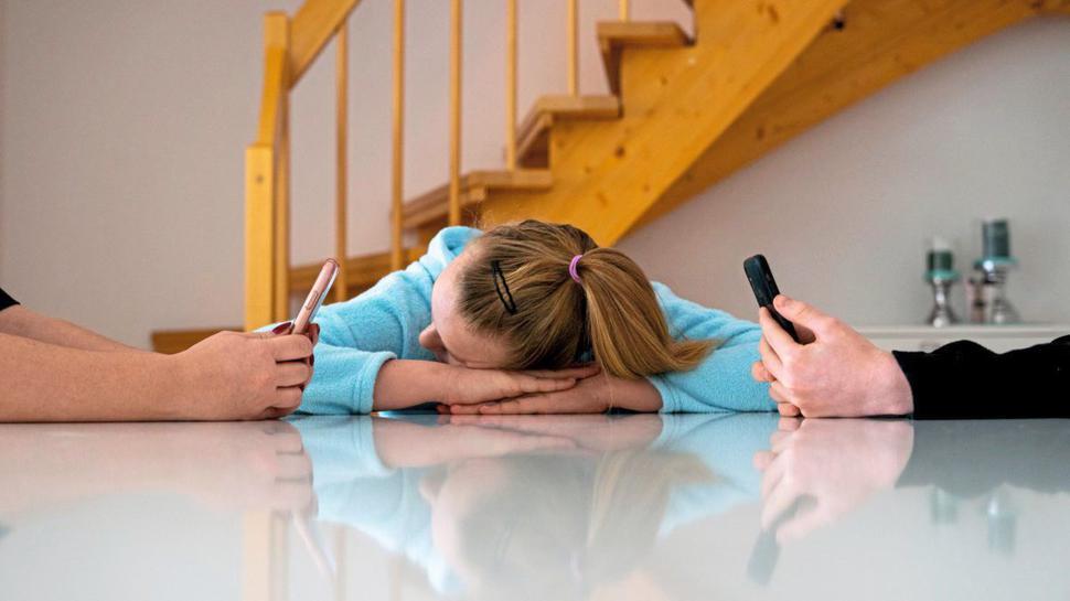 Kommunikationskiller: Kinder fühlen sich vernachlässigt, wenn Eltern nur noch auf das Smartphone schauen.