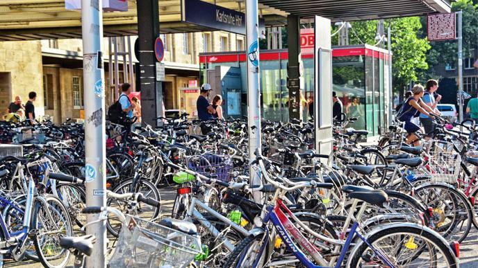 Am Hauptbahnhof stehen die Räder oft bis zum Eingang. Die Stadt wird solche Fahrräder aber nur schwer los.