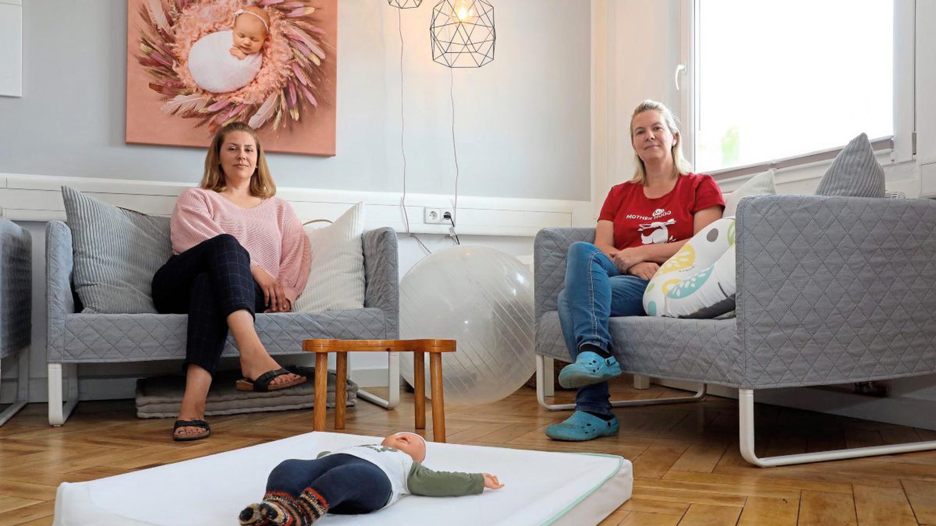 Die Hebammen Magdalena Kögler (links) und Anja Lehnertz kritisieren den Umgang mit ihrem Berufsstand, besonders in Zeiten der Corona-Krise. Sie prangern fehlende Unterstützung bei der Beschaffung von Schutzmaterial an.