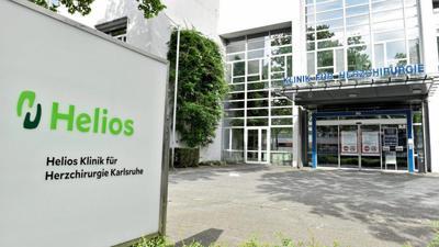 Die Helios-Klinik in Karlsruhe hat den Arzt nach seinem umstrittenen Tweet zunächst beurlaubt und schließlich die Zusammenarbeit beendet.