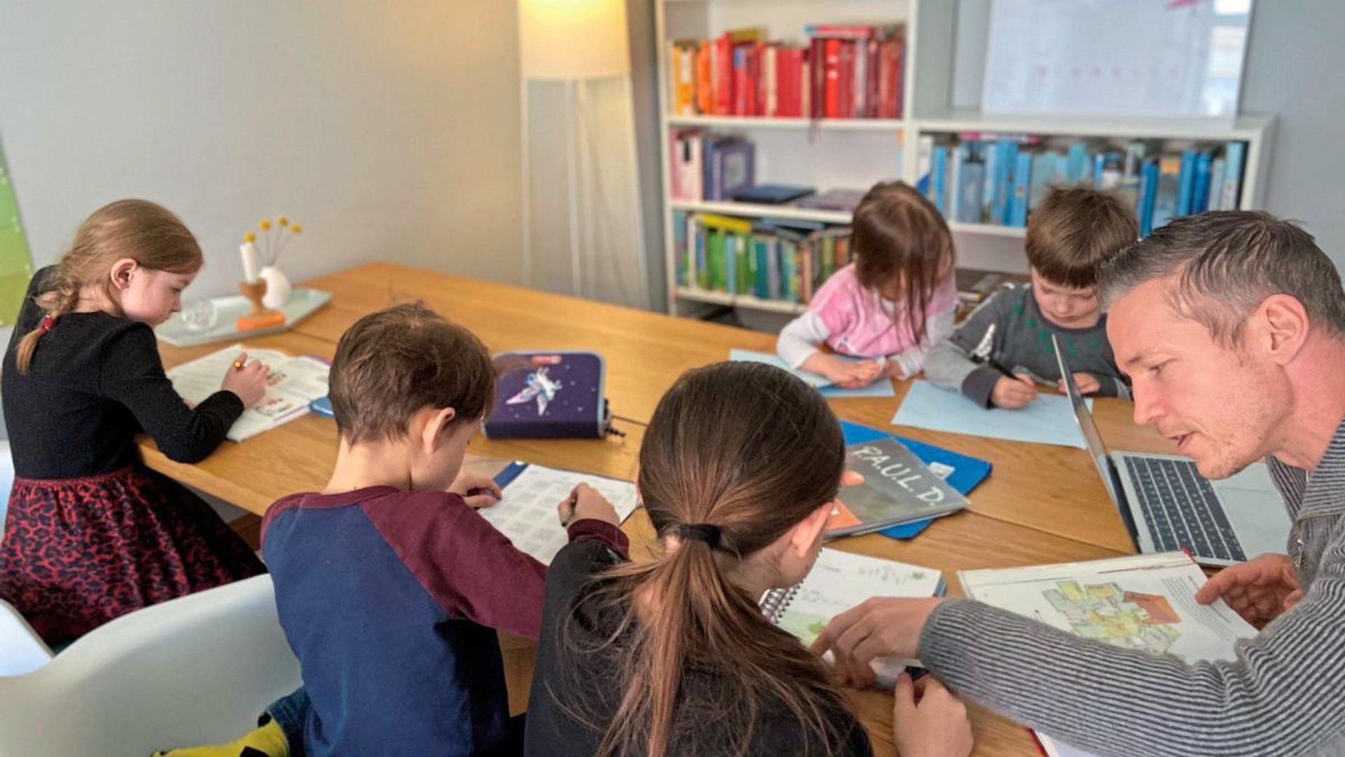 Kinder aus der Nachbarschaft unterweist Marc Hinse während der coronabedingten Schulschließung in seinem privaten Homeschooling-Projekt.