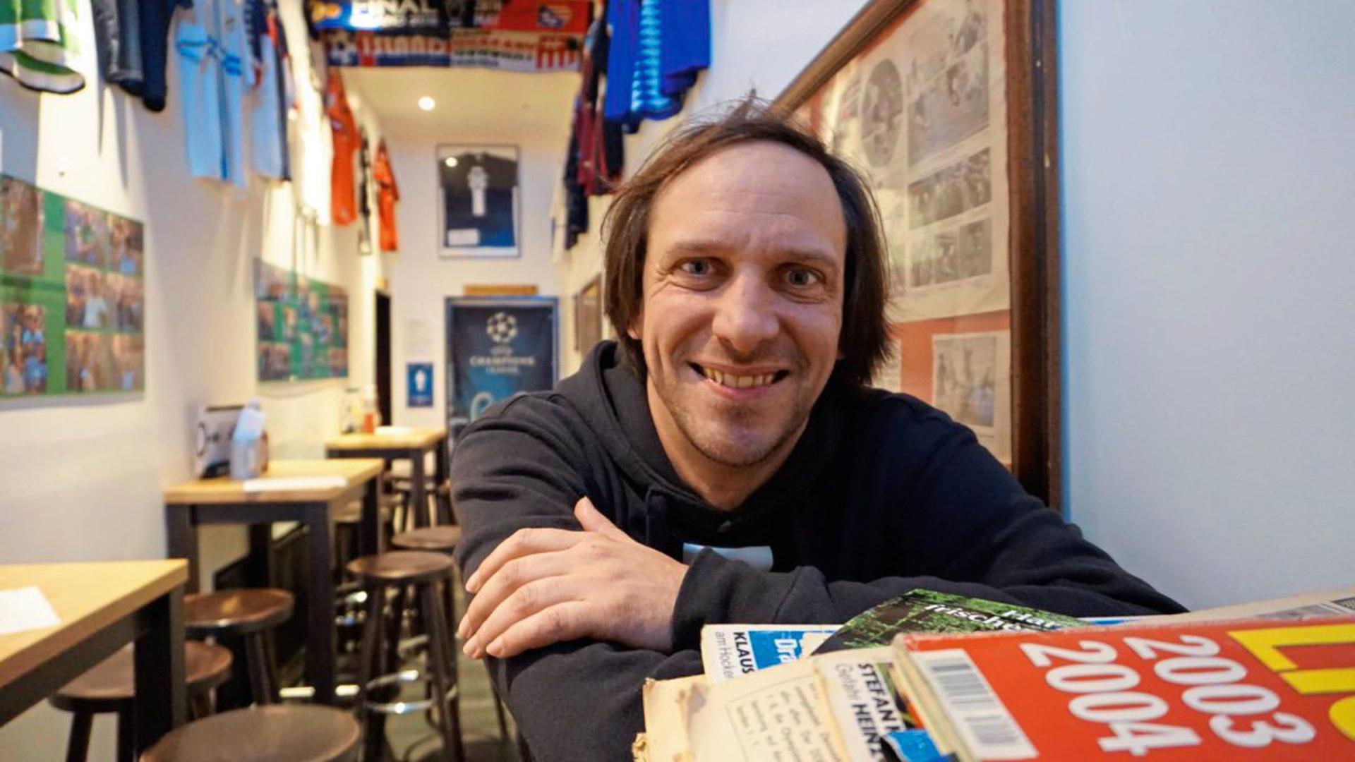 """Ein Karlsruher in München: Holger Britzius war früher Journalist und ist jetzt Wirt der Münchner Fußballkneipe """"Stadion an der Schleißheimerstraße""""."""