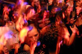 Zwischen Menschen: Gedränge auf der Tanzfläche war über Monate nicht vorstellbar, nun dürfen Clubs wieder öffnen. Und mit entsprechendem Hygiene- und Lüftungskonzept ist sogar Tanzen ohne Maske möglich.