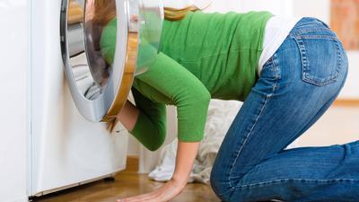 Klischee einer Mutter bei der Hausarbeit.
