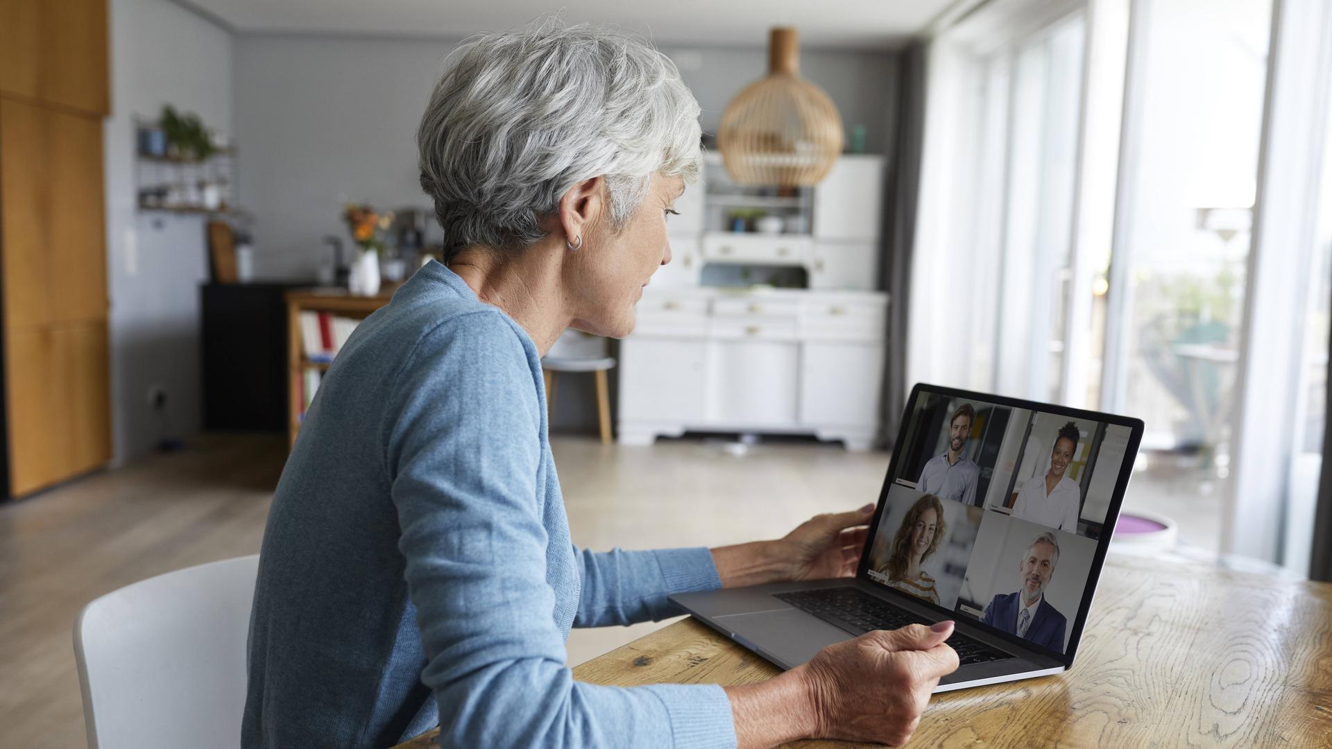 Eine ältere Frau bei einer Video-Konferenz.