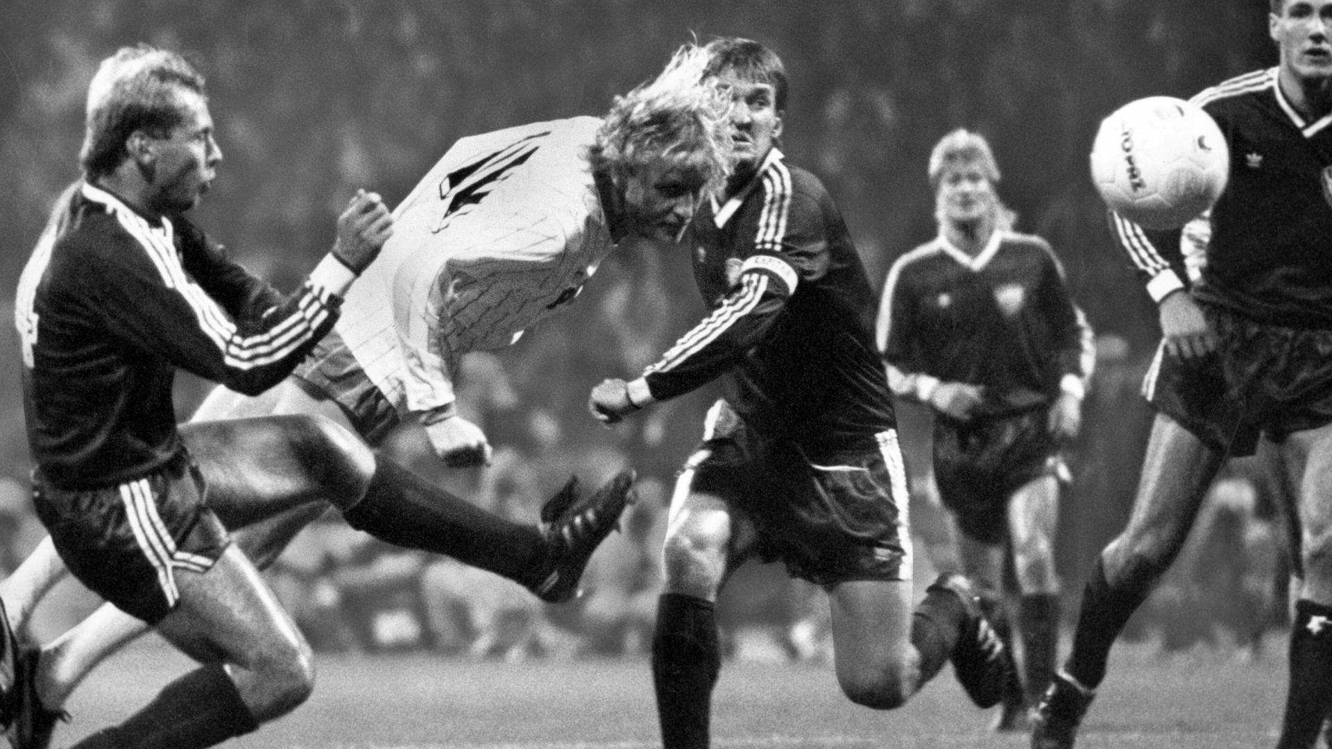 Manfred Burgsmüller (Werder Bremen) trifft am 11. Oktober 1988 zum 4:0 gegen den Stasi-Club BFC Dynamo Berlin von Burkhard Reich (rechts).