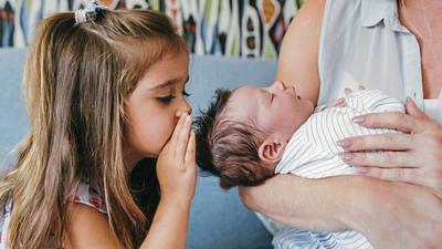 Jede Familie hat ihre eigenen Wörter oder grammatikalischen Auffälligkeiten. Häufig spielen Kinder eine wichtige Rolle bei ihrer Entwicklung.