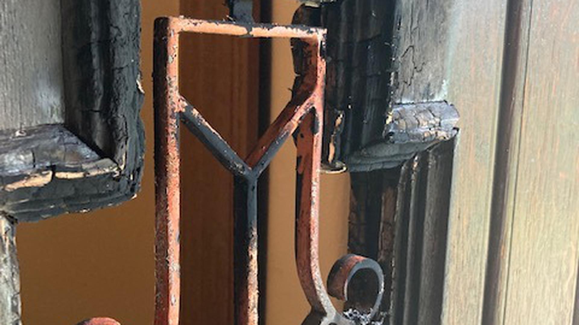 Die Holztür einer Kapelle in der Appenmühlstraße nach einem Brand.