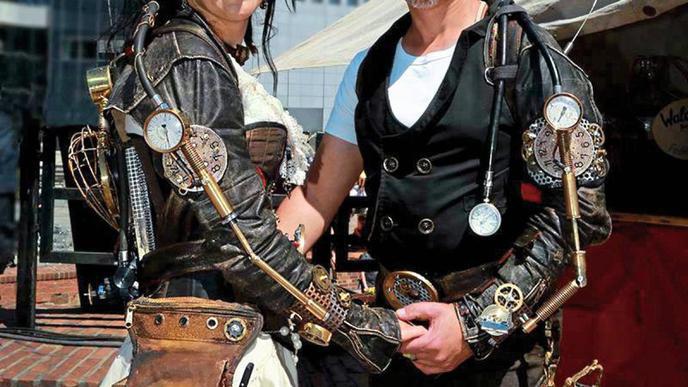 """Hier sind aus einer Lederjacke zwei Outfits entstanden. Mit verschiedenen Details und mechanischen Elementen auf dem Ärmel wird aus der Jacke ein """"Steampunk""""-Kostüm."""