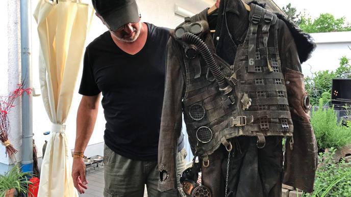 """Michael Etzel zeigt sein """"Endzeit""""-Kostüm. """"Endzeitler"""" sind eine Untergruppe der """"Steampunk""""-Szene. Die Kostüme zeichnen sich durch absichtlich platzierten Schmutz und vermeintlich kaputte Stellen aus."""