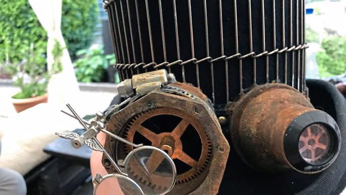 """Mit ein paar Zahnrädern, Lupen und rostigen Details wird aus einem normalen Zylinder ein echtes """"Steampunk""""-Accessoire."""