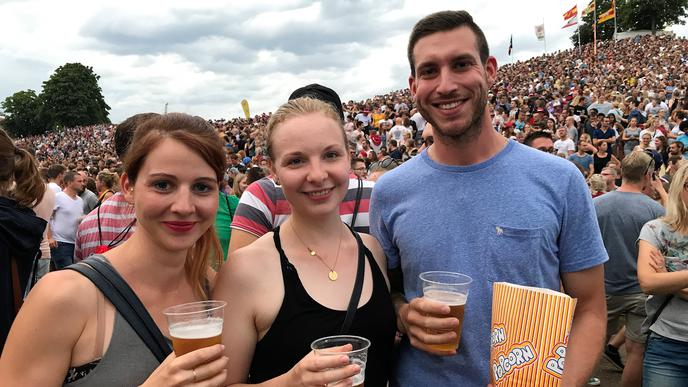"""""""Wir sehen """"Fettes Brot zum ersten Mal live"""": Christine (30), Luisa (28) und Dennis (26) ."""