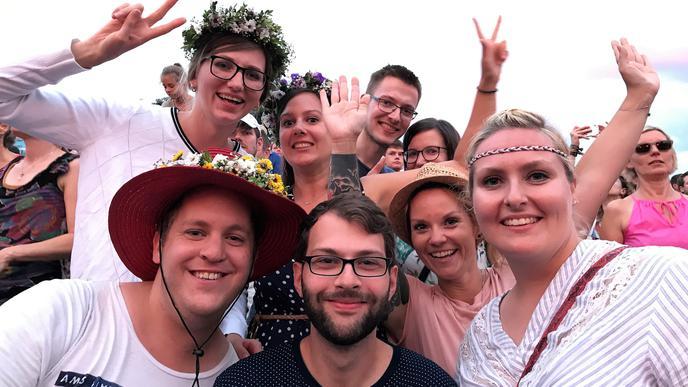"""""""Wir sind alte Studienfreunde, sind mittlerweile in ganz Deutschland verteilt. Beim """"Fest treffen wir uns jedes Jahr."""": Bene, Marius, Jule, Maryna, Nadine, Marco, Jule und Dotto (unten von links)."""