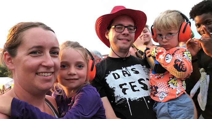 """""""1996 waren wir zum ersten Mal beim """"Fest"""". Seit 2013 sind wir nach einer langen Kinderpause mit den Kleinen wieder beim Festival."""": Sarah und Michael mit den Kindern Annika und Mika."""
