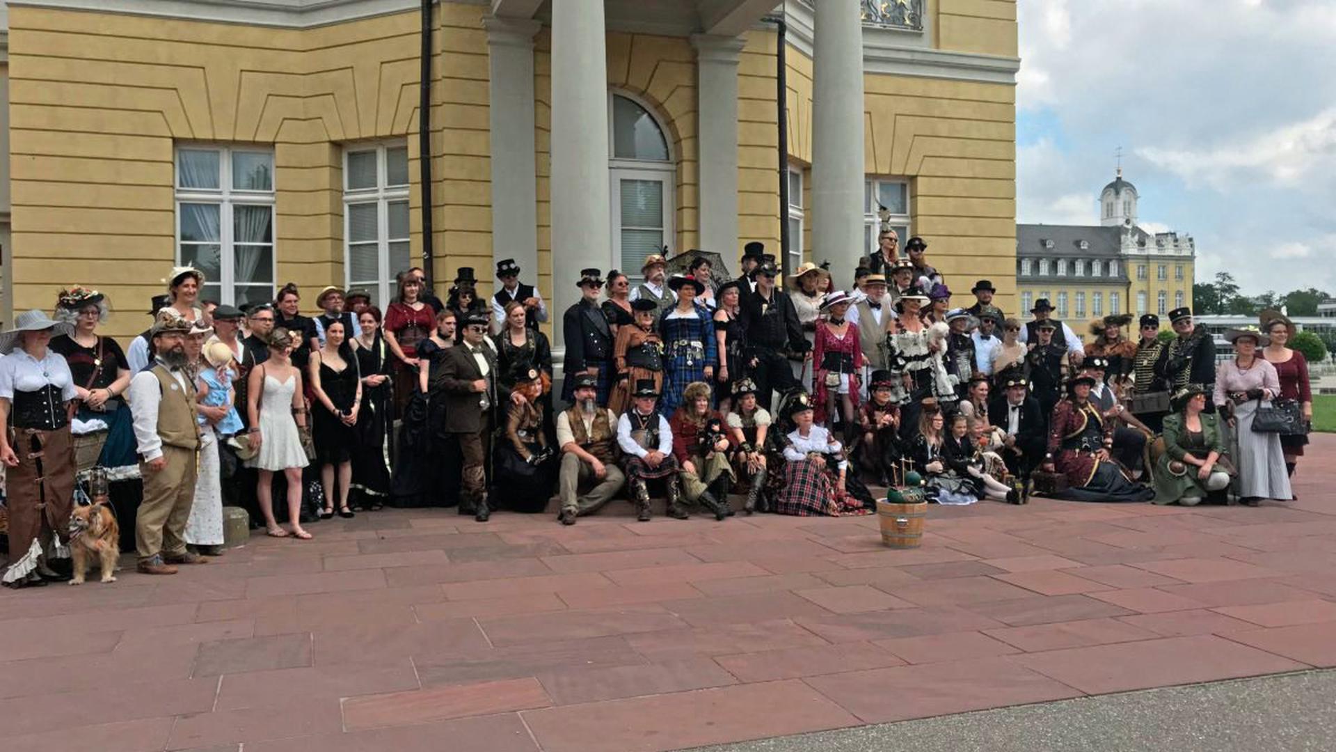 """""""Seltsame Menschen"""" trieben am Sonntag im Karlsruher Schlossgarten ihr Unwesen. Die """"Steampunks"""" versammelten sich zum sechsten Nordbadischen """"Steampunk""""-Picknick."""