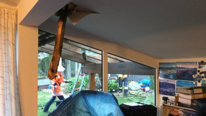 Als der Baum auf das Haus fiel, durchstieß ein Ast das Dach.