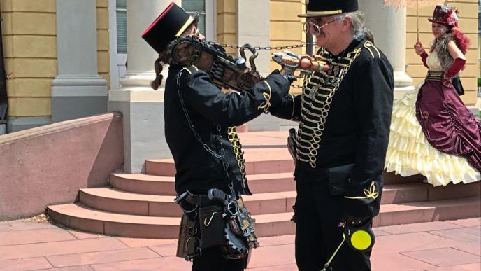 """Mit der """"Zeitreisepolizei"""" sollte sich besser niemand anlegen. """"Edelfrau und Edelherr von Syntronica"""" haben nicht nur hochoffizielle Uniformen, sondern auch gefährlich aussehende Waffen-Attrappen."""