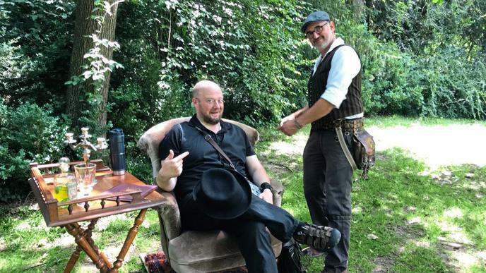 """Ein Highlight auf dem """"Steampunk""""-Picknick ist der Autor Christian von Aster, der mit klangvoller Stimme eine Lesung hält."""