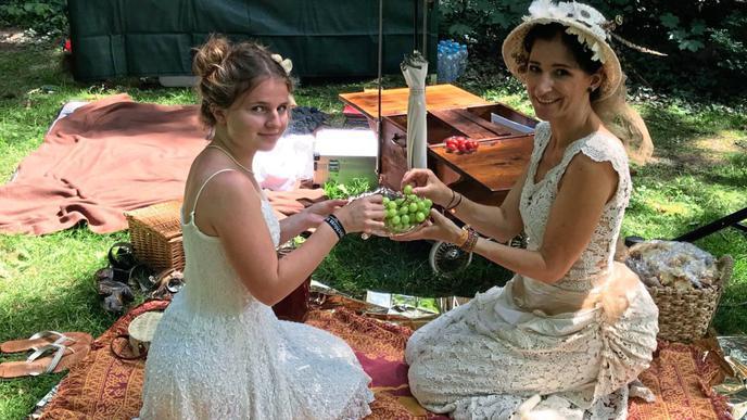 """Sylvia Böck (rechts) hat ihr Hochzeitskleid zum """"Steampunk""""-Outfit umfunktioniert und teilt sich mit Stieftochter Lia ein paar Trauben."""