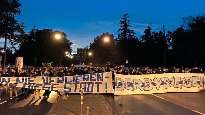 Auch der Derbysieg des KSC gegen den VfB Stuttgart wurde noch mal auf einem Banner thematisiert.