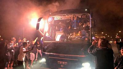 Gegen 22.30 Uhr kam der Bus mit dem KSC-Profis am Wildparkstadion in Karlsruhe an.