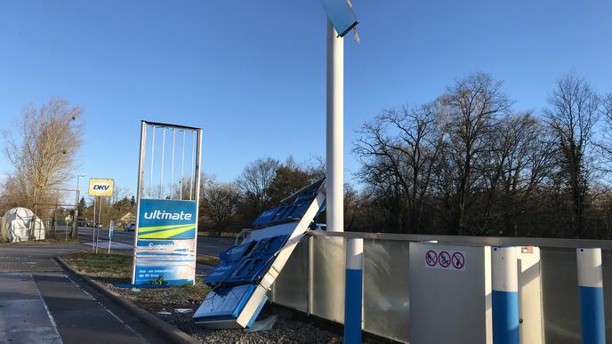 """Auf der Linkenheimer Landstraße hat """"Sabine"""" die Anzeigentafel einer Tankstelle zu Boden stürzen lassen."""
