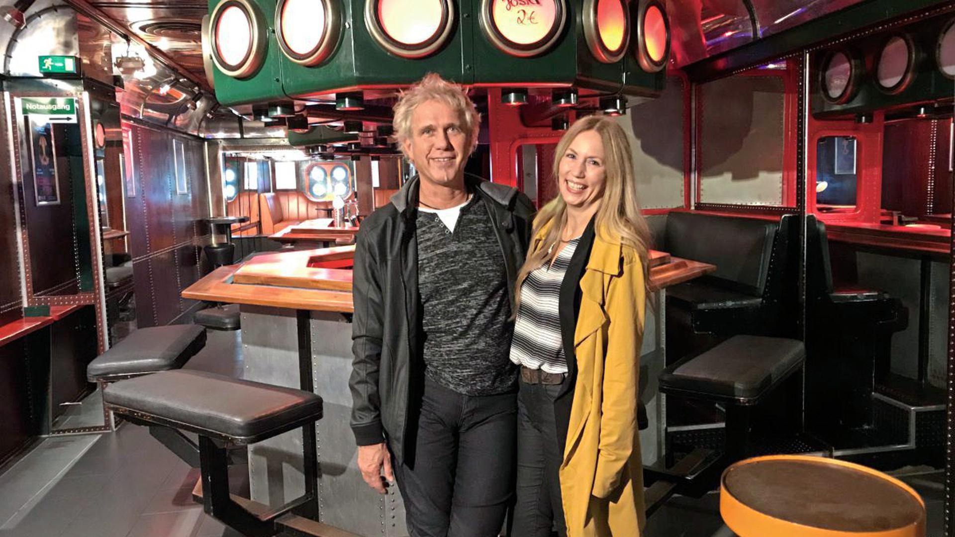 Volker Hasch ist seit 2007 Inhaber des Topsys und hat es seither Stück für Stück zu seinen Ursprüngen zurückgeführt. Gemeinsam mit Tina Casal ist er an fast jedem Abend da, an dem das Topsy Turvy seine Tür öffnet.