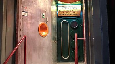 """""""Magisches Theater - Eintritt nicht für Jedermann - Nur für Verrückte - Eintritt kostet den Verstand"""" steht auf dem Schild über der Eingangstür des Topsy Turvy. In den Anfangszeiten kamen hier nur wenige Auserwählte hinein. Heute darf jeder ins Topsy, """"der sich ordentlich benimmt""""."""
