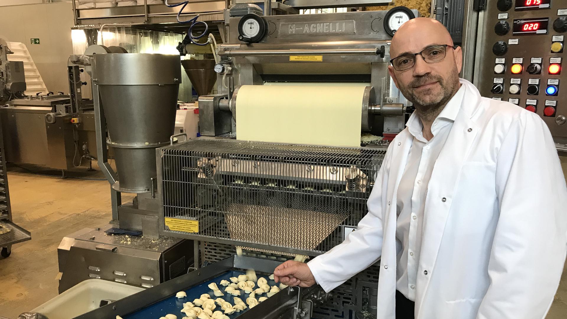 Alles aus einem Guss: Vom veganen Teig bis zur Füllung entstehen unter Beobachtung von Geschäftsführer Claudio Mossa in Graben-Neudorf rund 30 bis 40 Tonnen Pasta pro Woche.