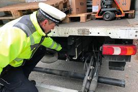 Eine Verschlusskappe fehlt bei diesem Lkw, bemängelt Hauptkommissar Rüdiger Heiler bei der Kontrolle an der B10 in Pfinztal.