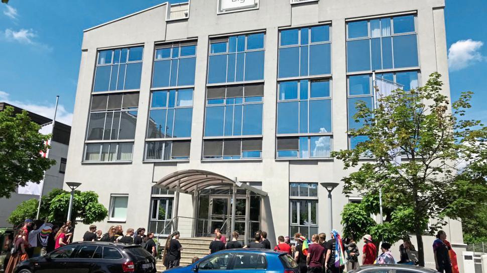 """Vor der Zentrale der """"big. bechtold-gruppe"""" in Karlsruhe demonstrieren am Freitag mehr als 50 Menschen."""