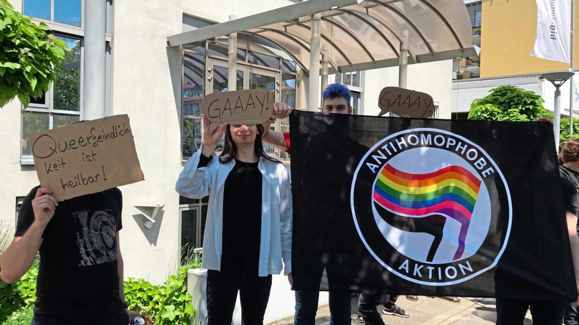 Nach den homophoben Äußerungen gab es am Freitag eine Spontandemonstration vor der b.i.g.-Zentrale in Karlsruhe.